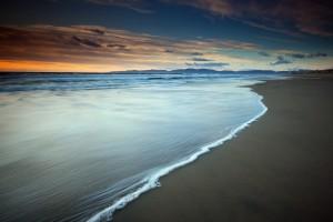 黄昏昏暗的沙滩