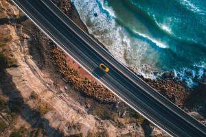 海边的黄色汽车