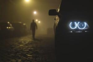 车灯与男人