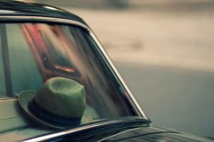 老爷车上的编织帽