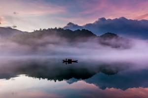 仙雾缭绕的湖面