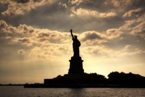 黄昏下的自由女神像