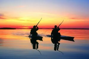 在夕阳下划船