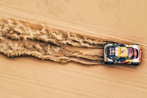 沙漠中奔跑的赛车