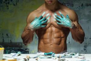 涂颜料的肌肉男