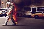 背后着火的宇航员
