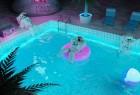宇航员泳池派对