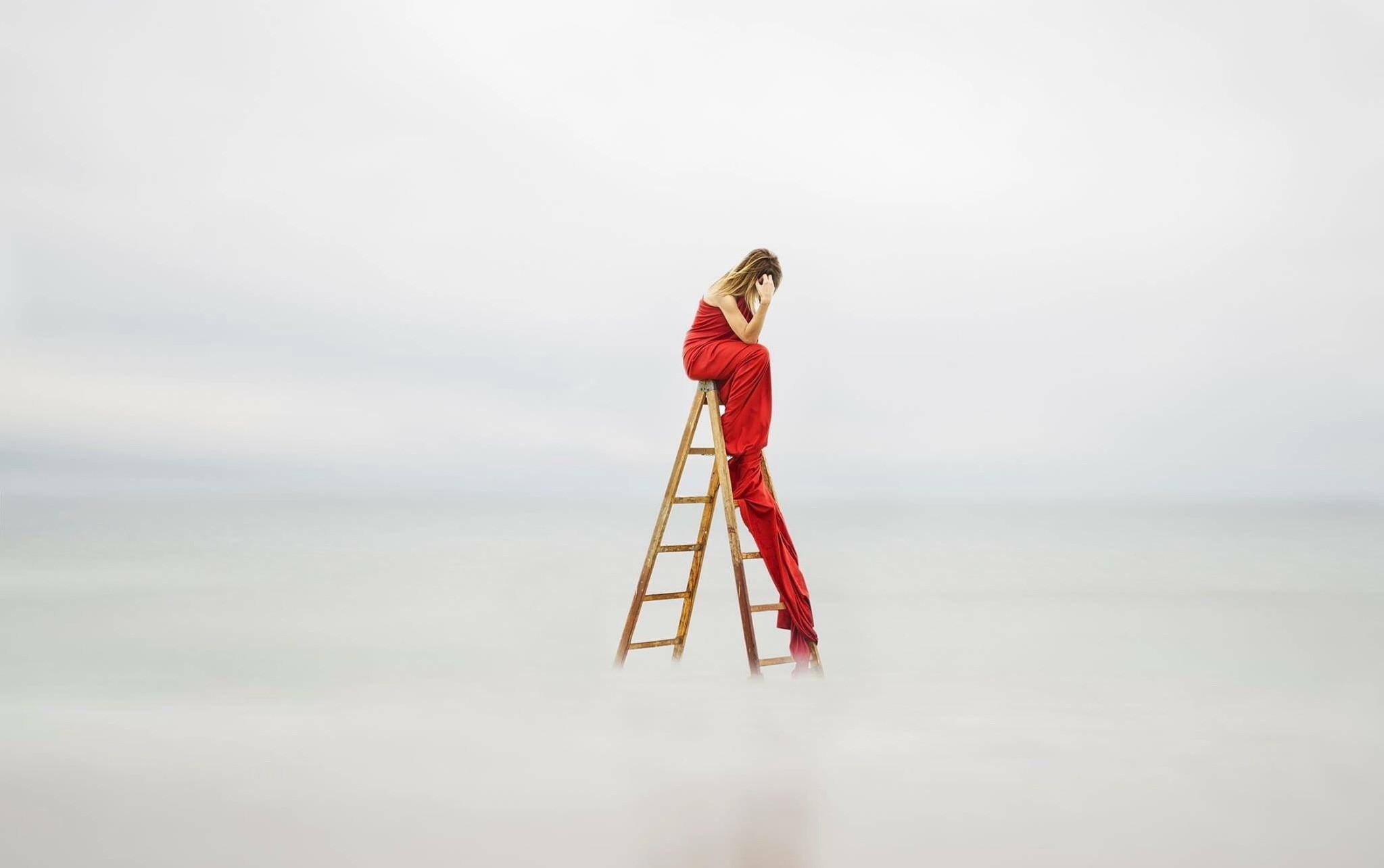 梯子上的红色女人