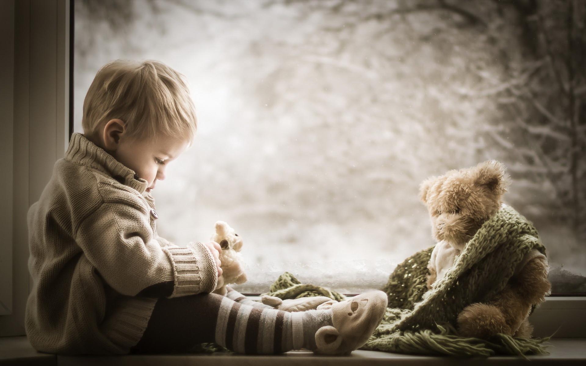 美丽的小朋友和玩偶